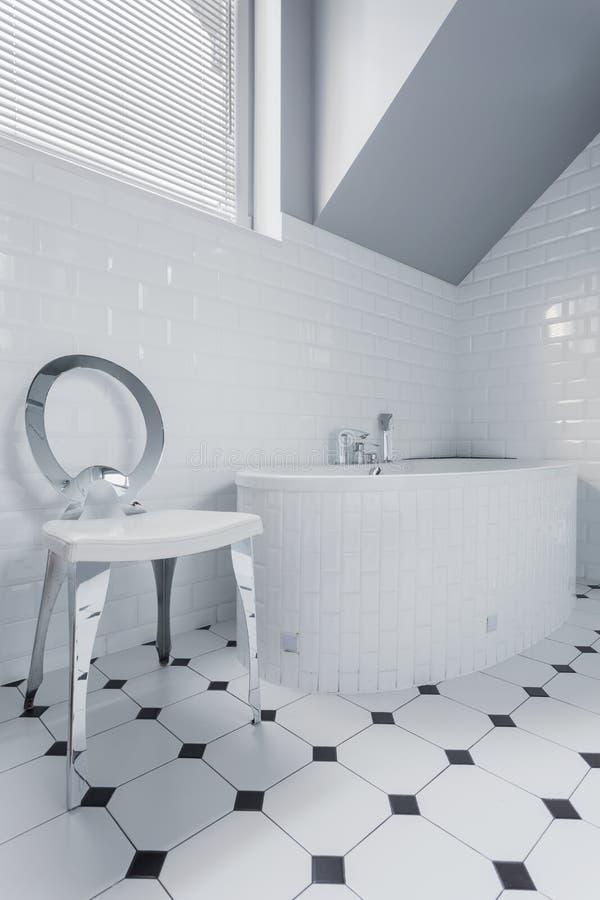 Limpe o banheiro branco fotografia de stock