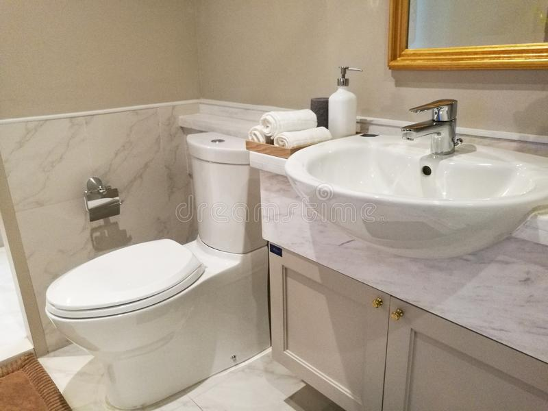 Limpe o banheiro no comdominium imagens de stock