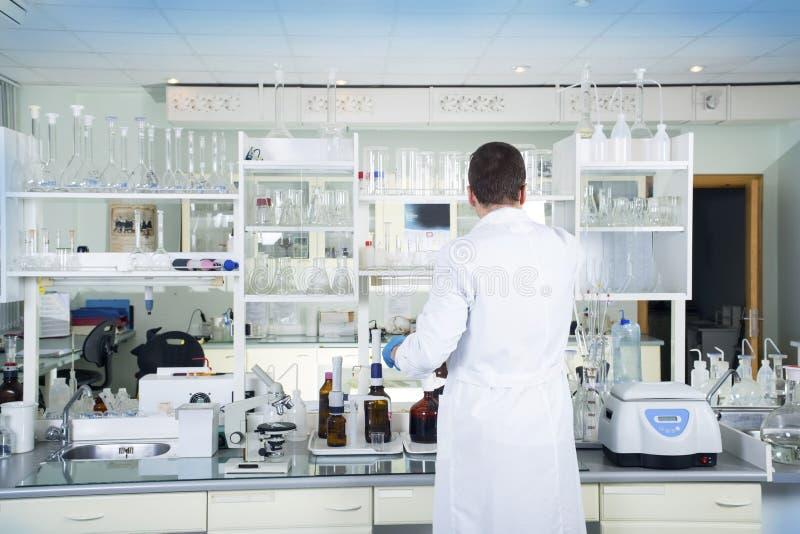 Limpe o fundo médico ou químico branco moderno do laboratório fotografia de stock royalty free