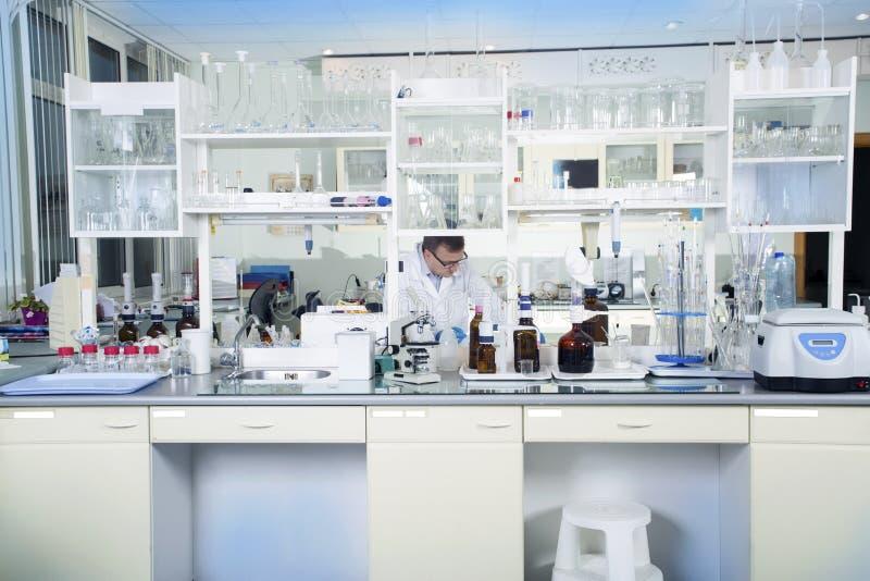 Limpe o fundo médico ou químico branco moderno do laboratório fotos de stock royalty free