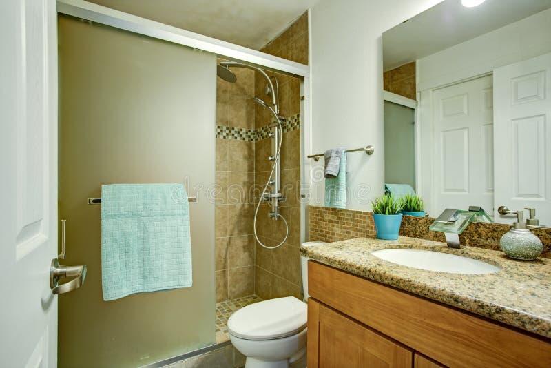Limpe o interior mínimo do banheiro foto de stock