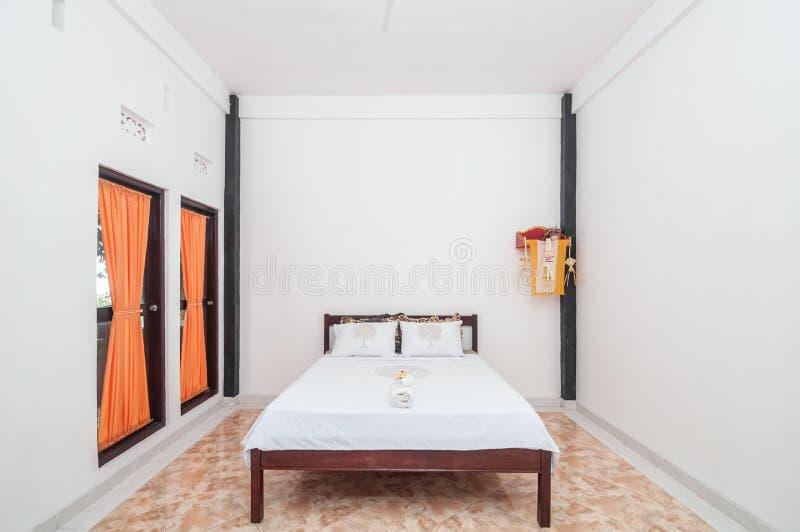 Limpe o projeto minimalista da casa de campo do quarto foto de stock imagem de cortina - Cortinas para casa de campo ...