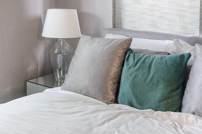 Limpe o quarto moderno com a lâmpada branca em casa imagens de stock