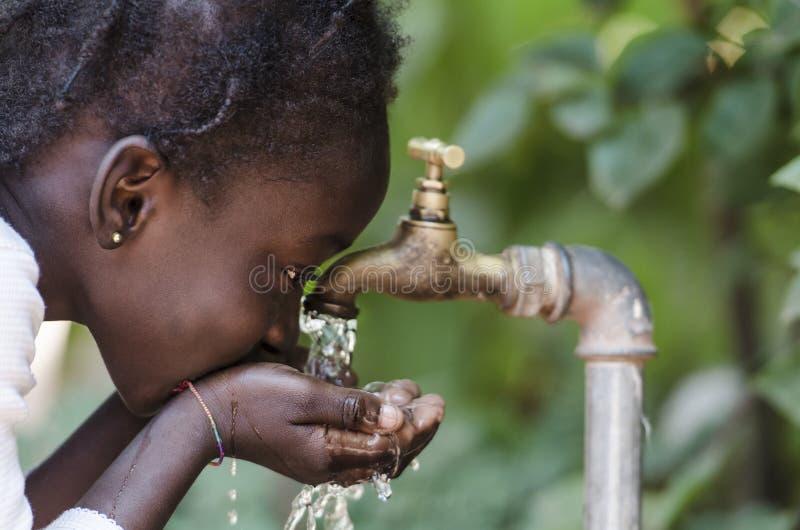 Limpe o símbolo da escassez da água fresca: Enegreça a menina que bebe da torneira foto de stock royalty free