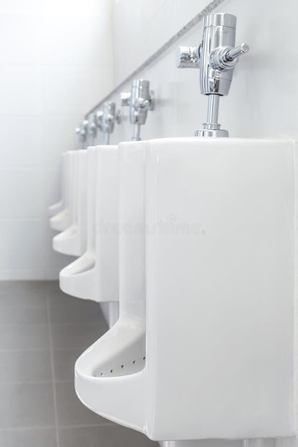 Limpe o toalete do ` s dos homens em uma construção pública fotografia de stock