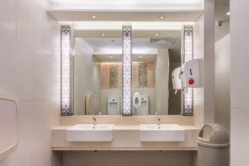 Limpe o toalete moderno com a luz foto de stock