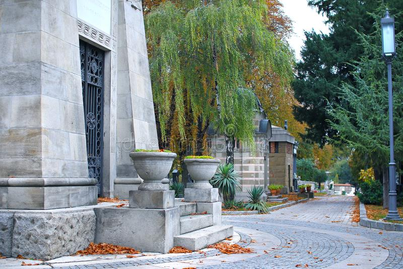 Limpe o trajeto do cemitério no outono imagens de stock
