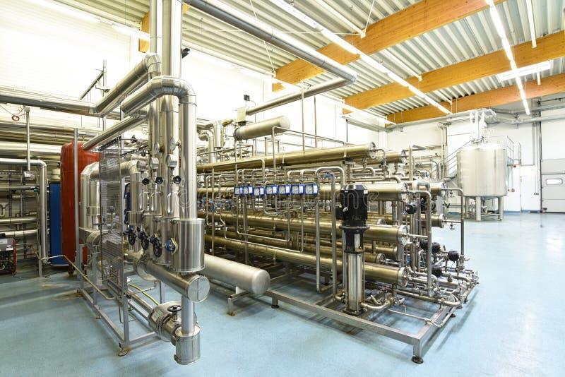 Limpe os encanamentos e os tanques em uma planta industrial fotografia de stock