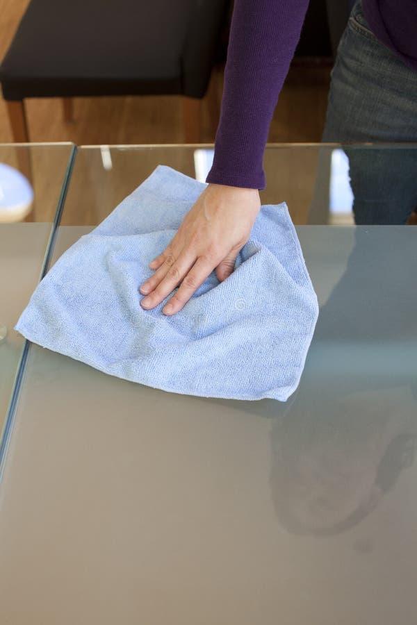 Limpe a tabela com o micro pano da fibra fotos de stock