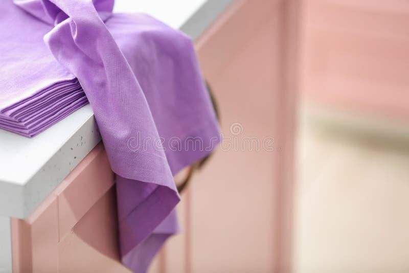 Limpe toalhas de cozinha na tabela fotos de stock