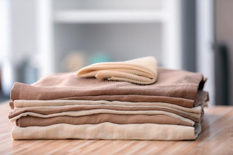 Limpe toalhas de cozinha na tabela de madeira imagens de stock royalty free