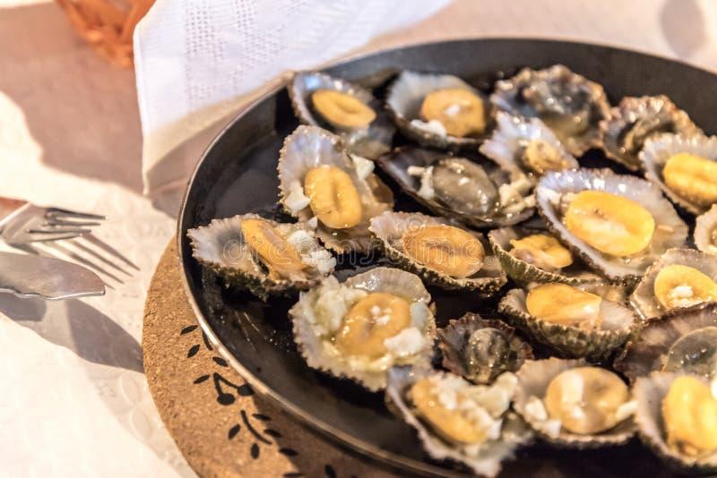 Limpets dienden in een restaurant in Mosteiros op het eiland van Sao Miguel in de Azoren, Portugal royalty-vrije stock foto