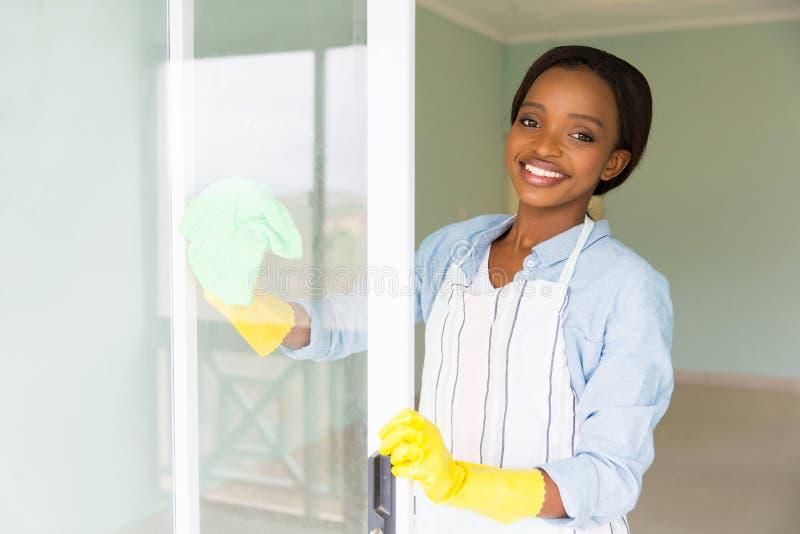 Limpeza africana da dona de casa fotografia de stock royalty free