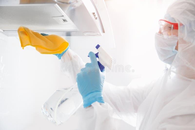 Limpeza antisséptica da ventilação de abastecimento desinfecção dos vírus e germes nas instalações Quarentena coronavírus foto de stock