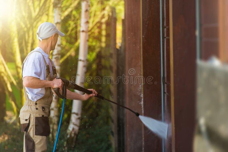 Limpeza da água da porta da garagem imagem de stock royalty free