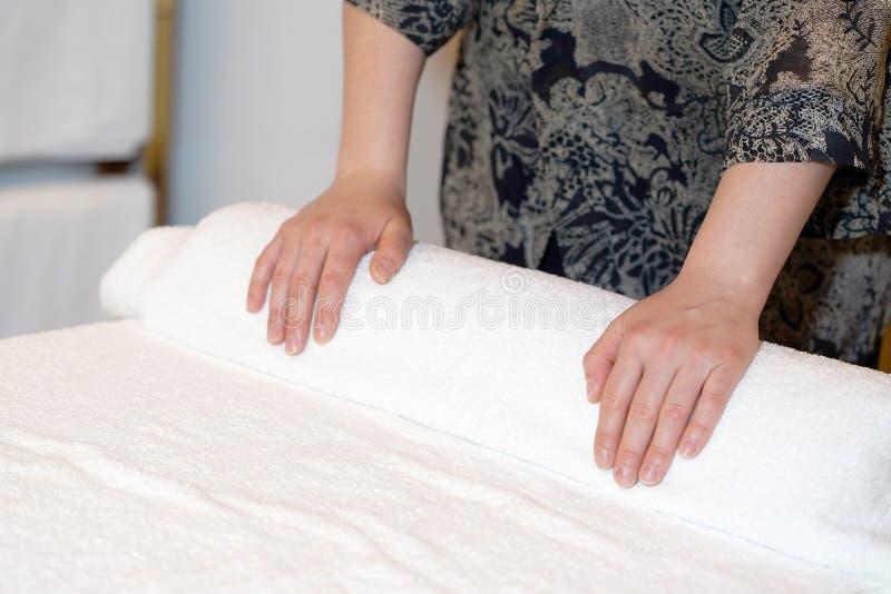 Limpeza da empregada doméstica nos termas fotografia de stock royalty free