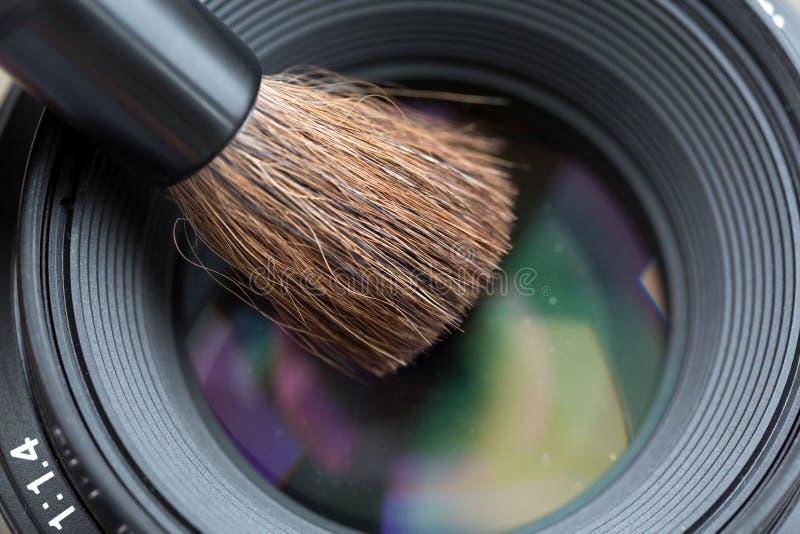 Limpeza da lente com fim da escova acima imagens de stock royalty free
