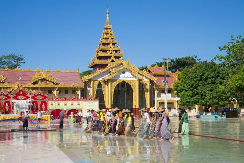 Limpeza da manhã no pagode dos milhares de oficiais Botataung PagodaYangon, Myanmar fotos de stock