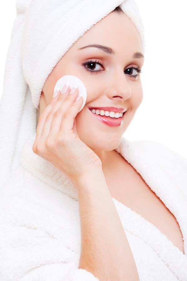 Limpeza da mulher sua face fotografia de stock