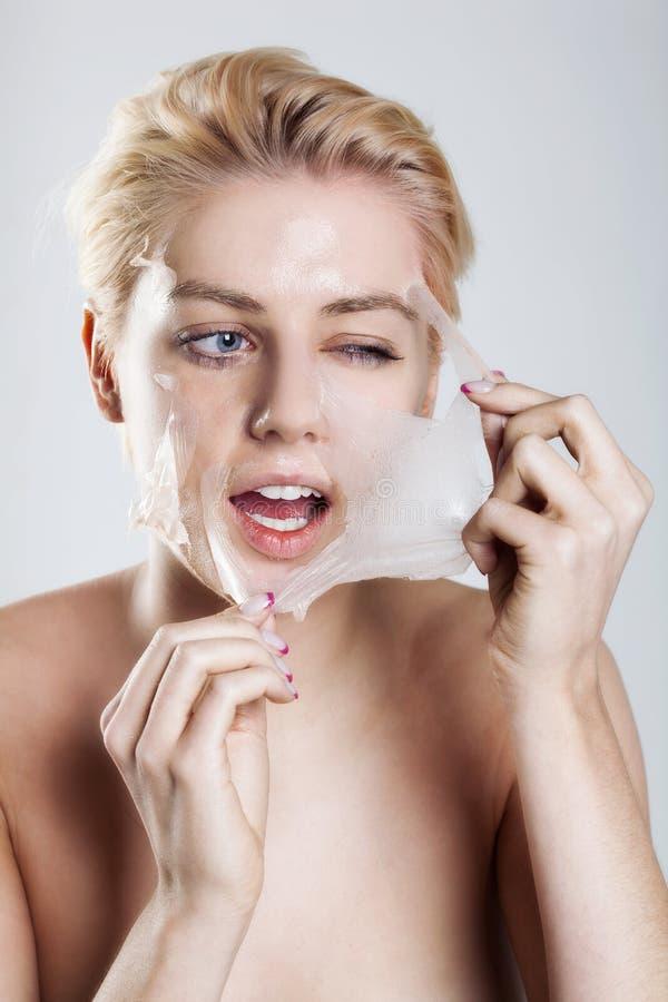 Limpeza da mulher sua face fotos de stock