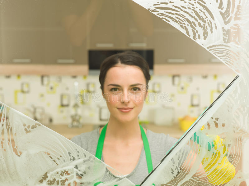 Limpeza da primavera da dona de casa foto de stock