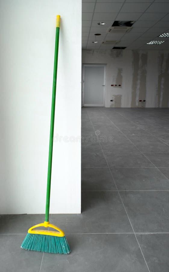 Download Limpeza da vassoura foto de stock. Imagem de limpo, assoalho - 16861400