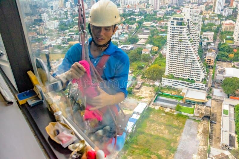 Limpeza de janela alta da elevação - uma profissão audaz fotografia de stock royalty free