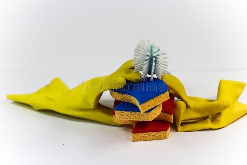 Limpeza de molas, esponja e luvas de borracha sobre fundo branco fotografia de stock royalty free