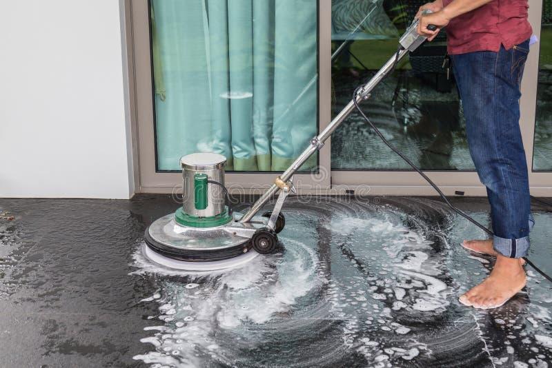 Limpeza de pedra exterior do assoalho com máquina de lustro e chemica fotografia de stock