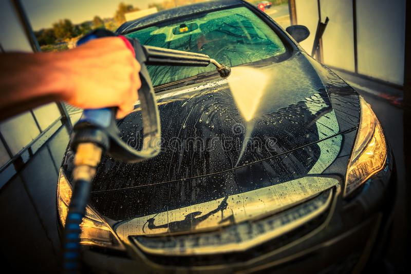 Limpeza do carro em uma lavagem de carros imagem de stock royalty free