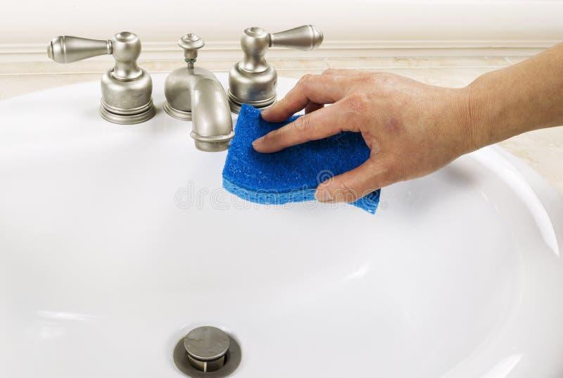Limpeza do dissipador do banheiro fotografia de stock