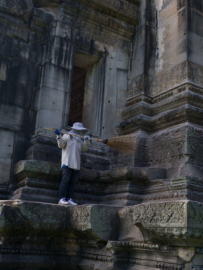 Limpeza do guarda no parque histórico de Phimai Prasat Hin Phimai fotos de stock