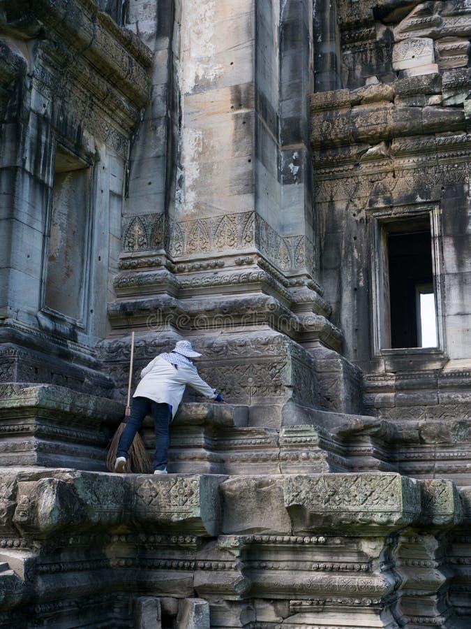 Limpeza do guarda no parque histórico de Phimai Prasat Hin Phimai fotografia de stock royalty free