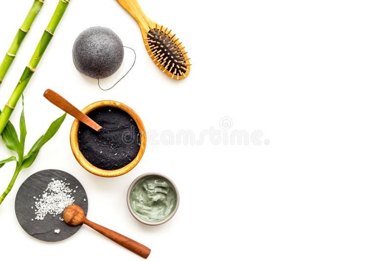 Limpeza e desintoxicação da pele Cosméticos de bambu do pó do carvão vegetal na opinião superior do fundo branco fotos de stock