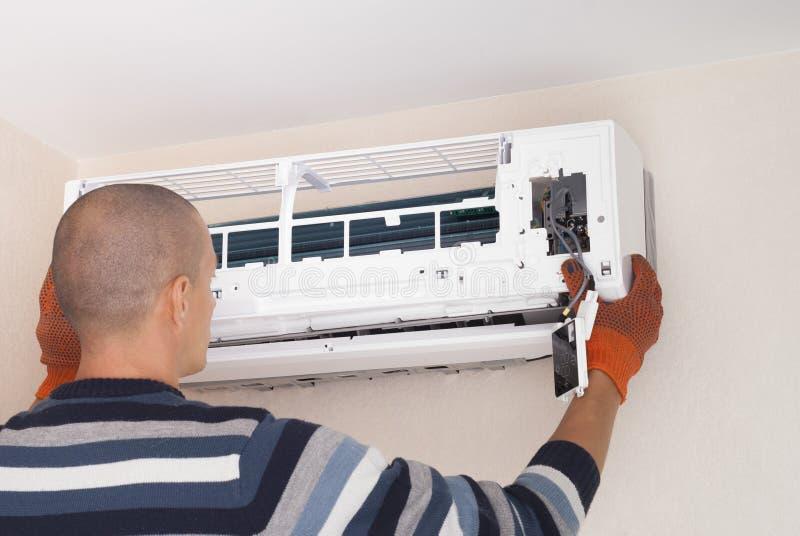 Limpeza e reparos o condicionador de ar imagens de stock