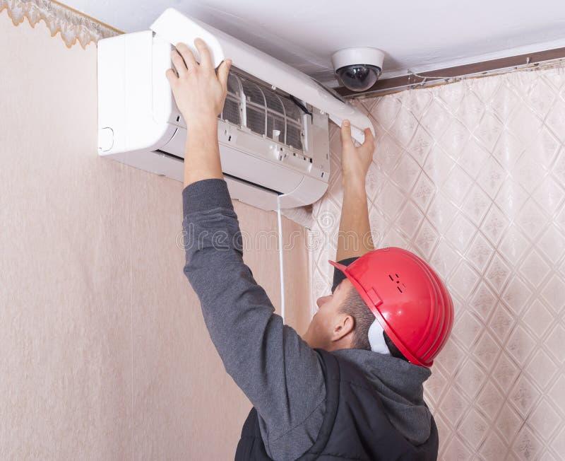 Limpeza e reparos o condicionador de ar foto de stock royalty free