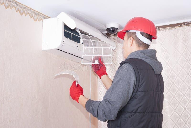Limpeza e reparos o condicionador de ar imagem de stock