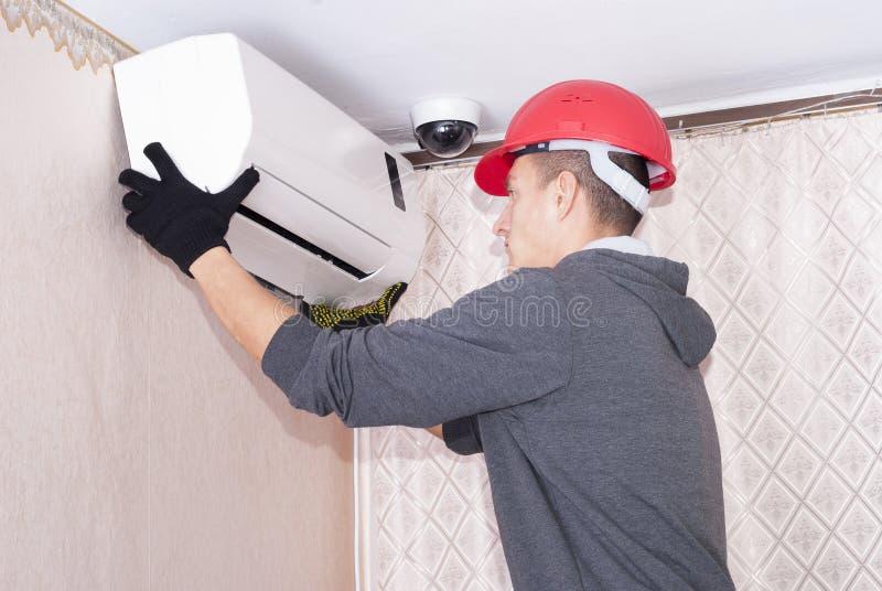 Limpeza e reparos o condicionador de ar fotos de stock