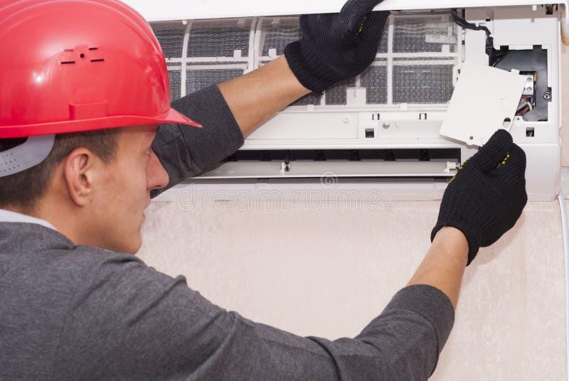 Limpeza e reparos o condicionador de ar imagem de stock royalty free