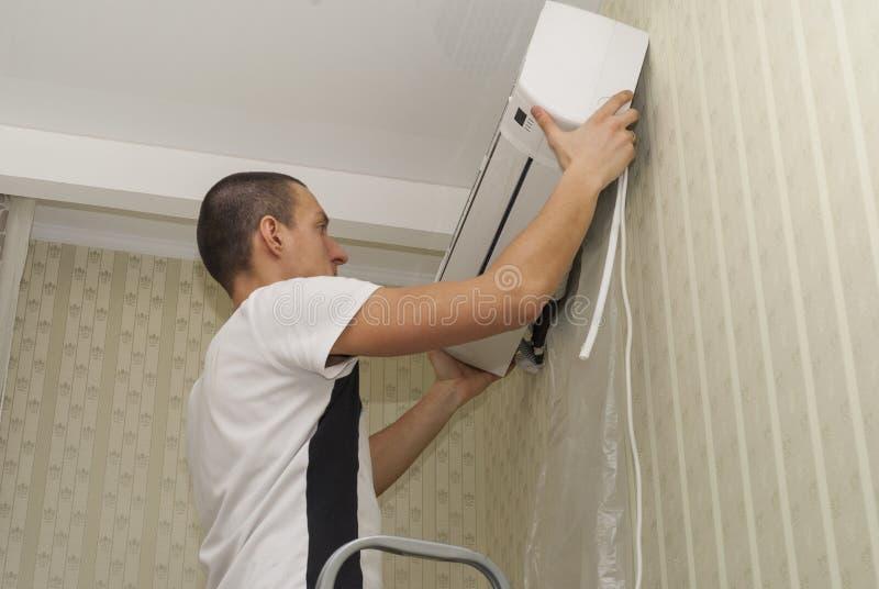 Limpeza e reparos o condicionador de ar fotografia de stock royalty free