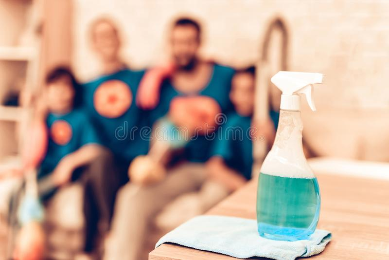 Limpeza macia da família do super-herói do foco do pulverizador do líquido de limpeza imagem de stock royalty free
