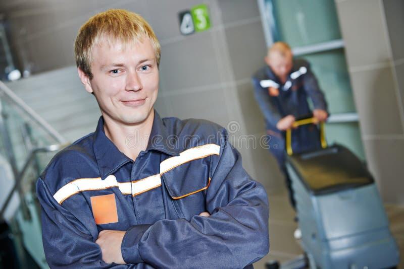 A limpeza presta serviços de manutenção ao trabalhador imagens de stock