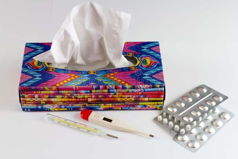 Limpezas descartáveis do hygienics em uma caixa colorida imagens de stock