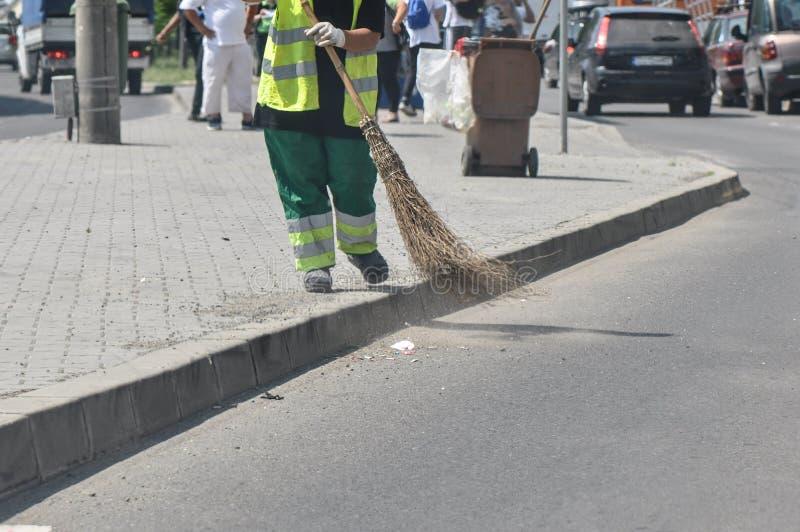 Limpiador de calle en el trabajo imágenes de archivo libres de regalías