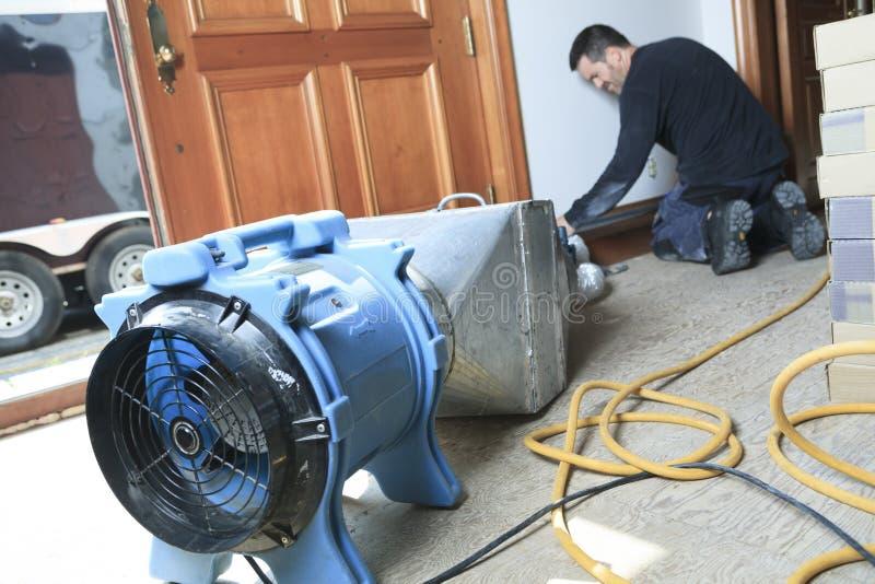 Limpiador de la ventilación que trabaja en un sistema de aire foto de archivo