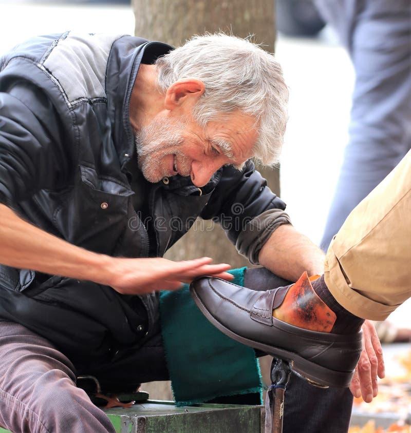 Limpiador de zapato tradicional de la calle en Oporto Portugal foto de archivo libre de regalías