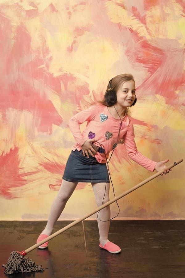 Limpiador del niño con la escoba en fondo colorido fotografía de archivo libre de regalías