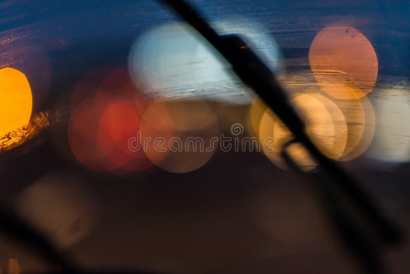 Limpiador en el parabrisas y los semáforos imagen de archivo