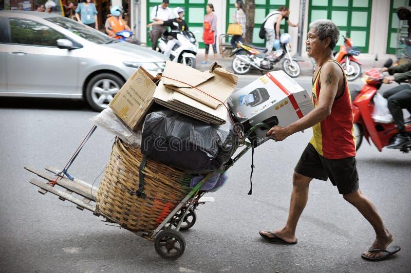 Limpiador en una calle de Bangkok imagen de archivo
