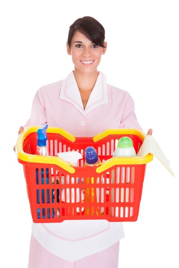 Limpiador femenino con las fuentes de limpieza imagen de archivo
